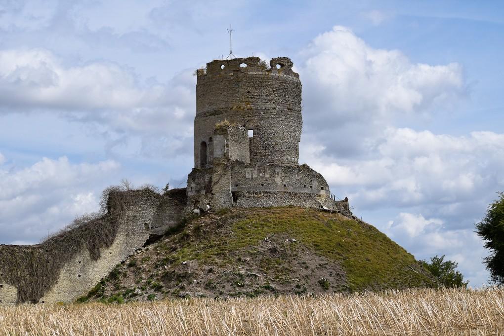 Le donjon à demi-ruiné du château de Château-sur-Epte et sa motte