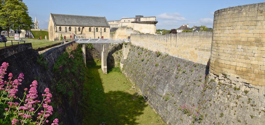 Fossé autour de l'ancien donjon du château de Caen.