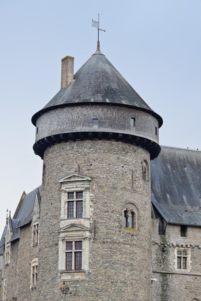 Hourd qui couronne une tour du château de Laval (XIIIe siècle).